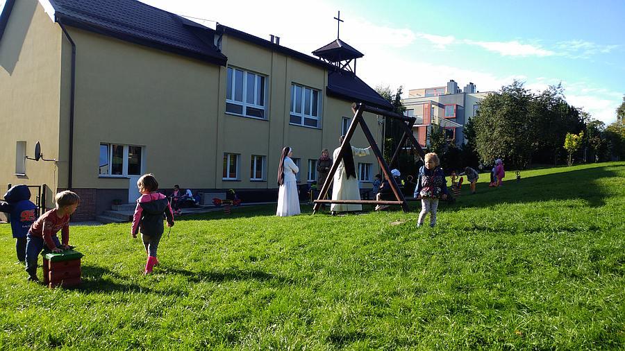 Przedszkole Sióstr Dominikanek wGdyni - plac zabaw, budynek, siostry idzieci